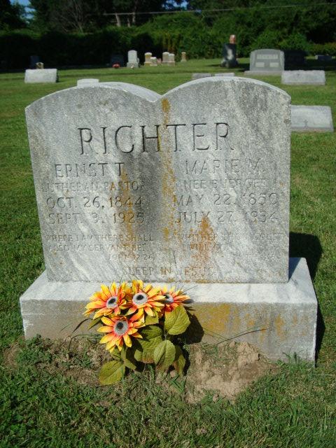 Ernst and Marie Richter gravestone St. Louis