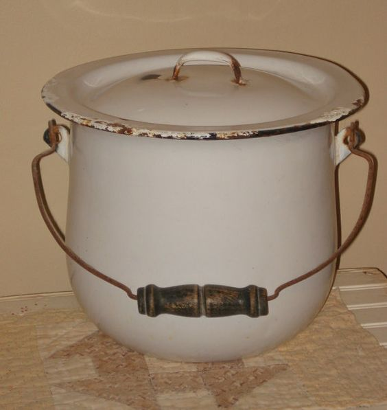 Chamber pot with lid