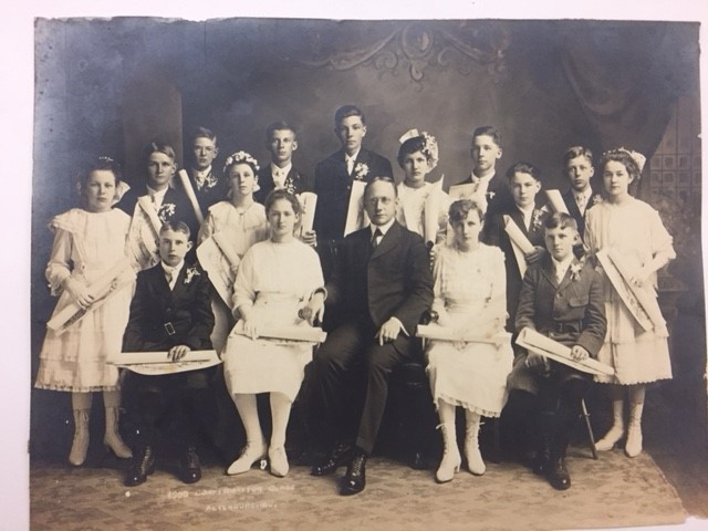 Rev. Vogel's confirmation class 1920